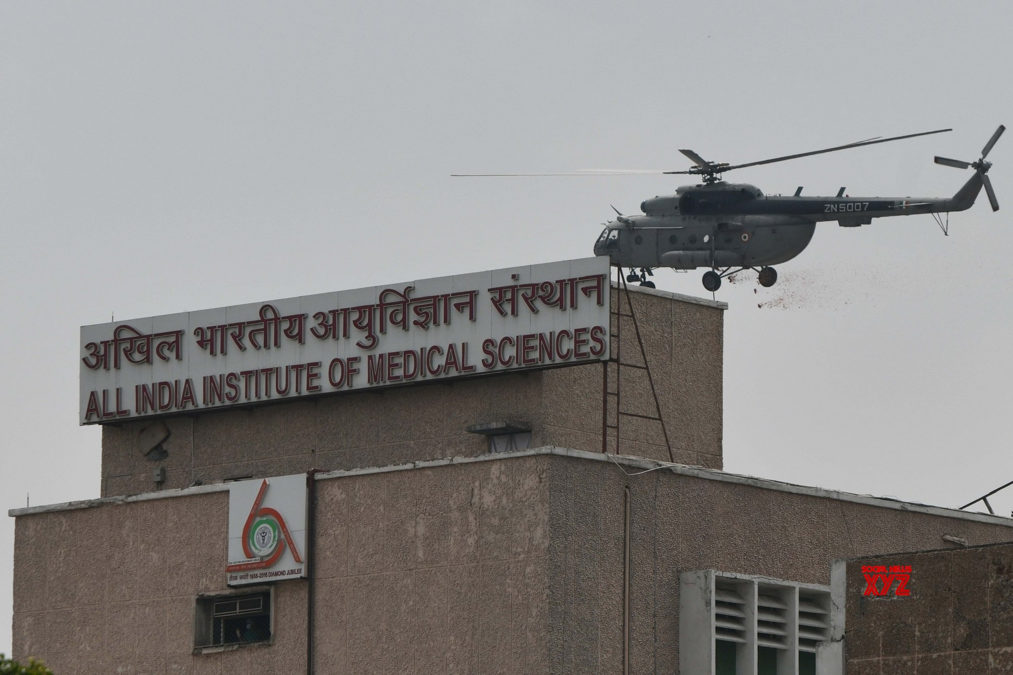 New Delhi: IAF chopper showers flower petals on AIIMS to honour Corona warriors #Gallery