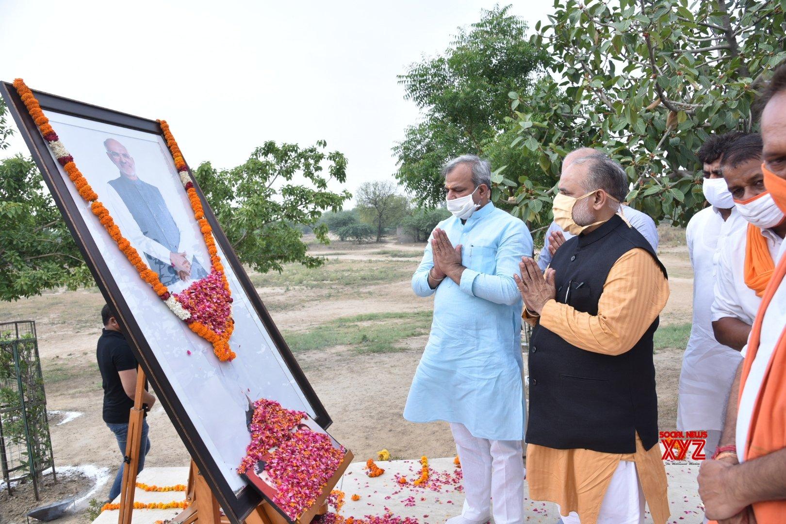 New Delhi: Adesh Gupta pays tributes to Sahib Singh Verma on his 13th death anniversary #Gallery
