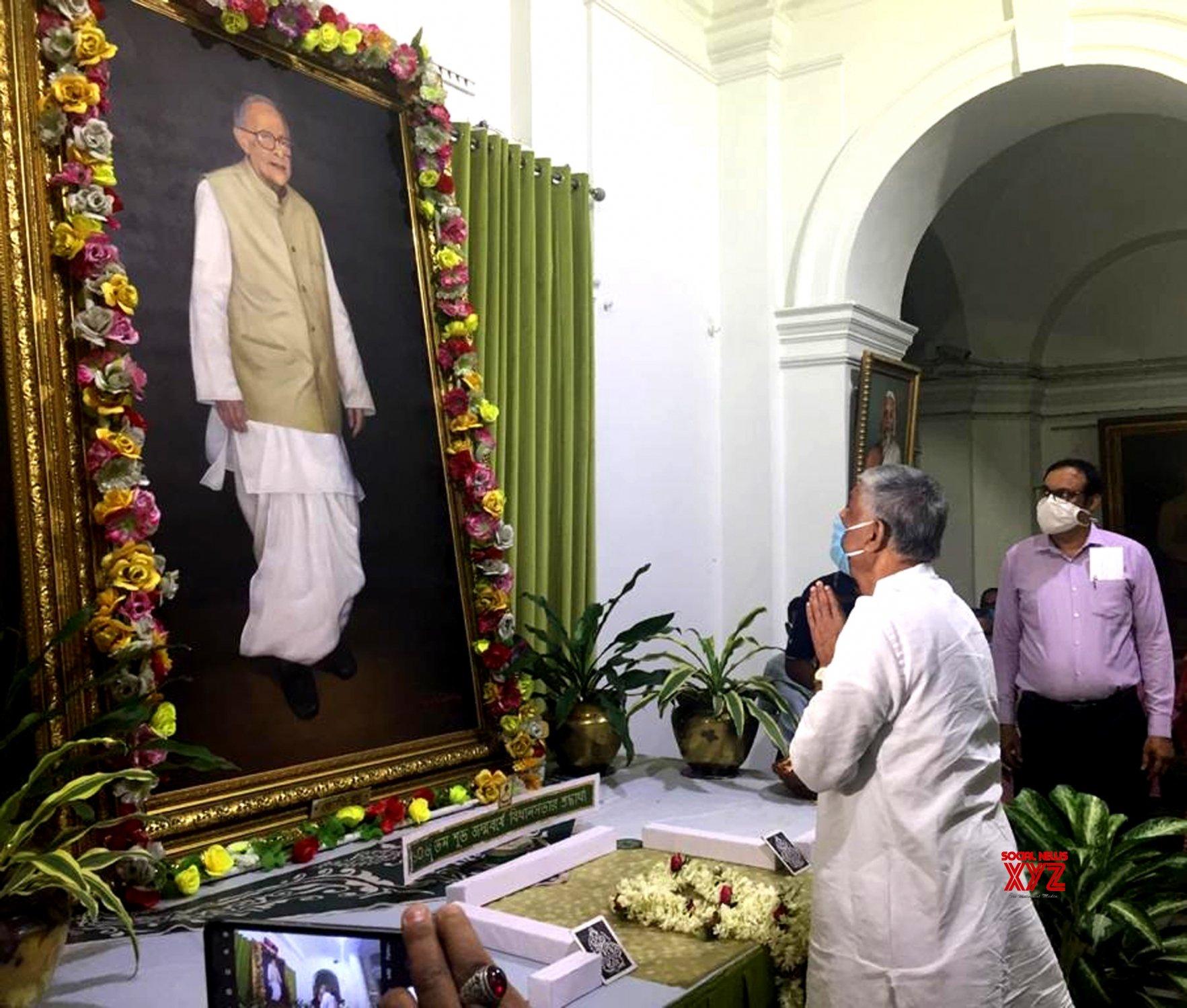 Kolkata: Tributes paid to Jyoti Basu on his birth anniversary #Gallery