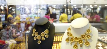 (160714) -- YANGON, July 14, 2016 (Xinhua) -- Gold necklaces are displayed at a gold jewellery shop in Yangon, Myanmar, July 14, 2016. Local gold prices in Myanmar rose by about 85 U.S. dollars per tical (0.01633 kg) on Tuesday as compared with the prices before Brexit, according to local gold traders Wednesday. (Xinhua/U Aung)  ****Authorized by ytfs****