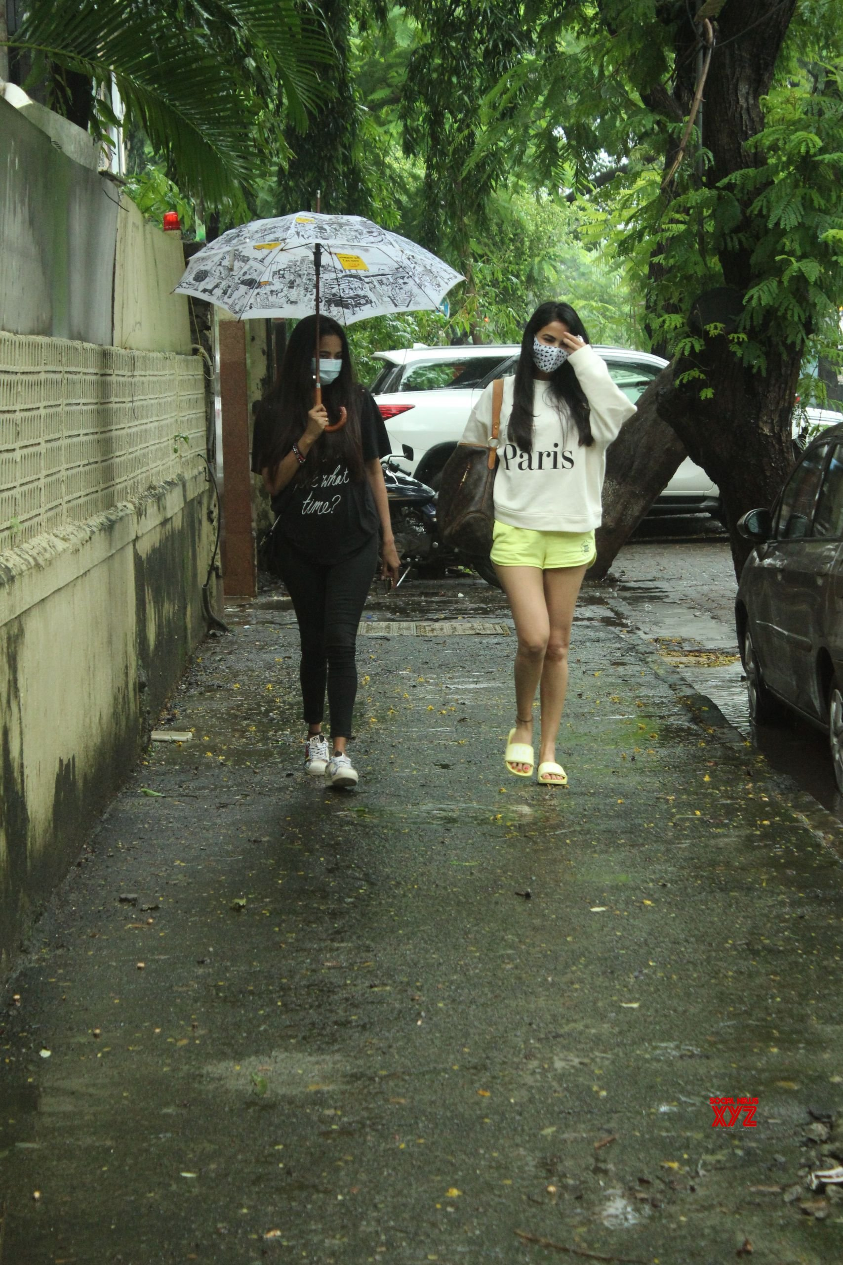 Sonal Chauhan And Himani Chauhan Spotted At Juhu HD Gallery
