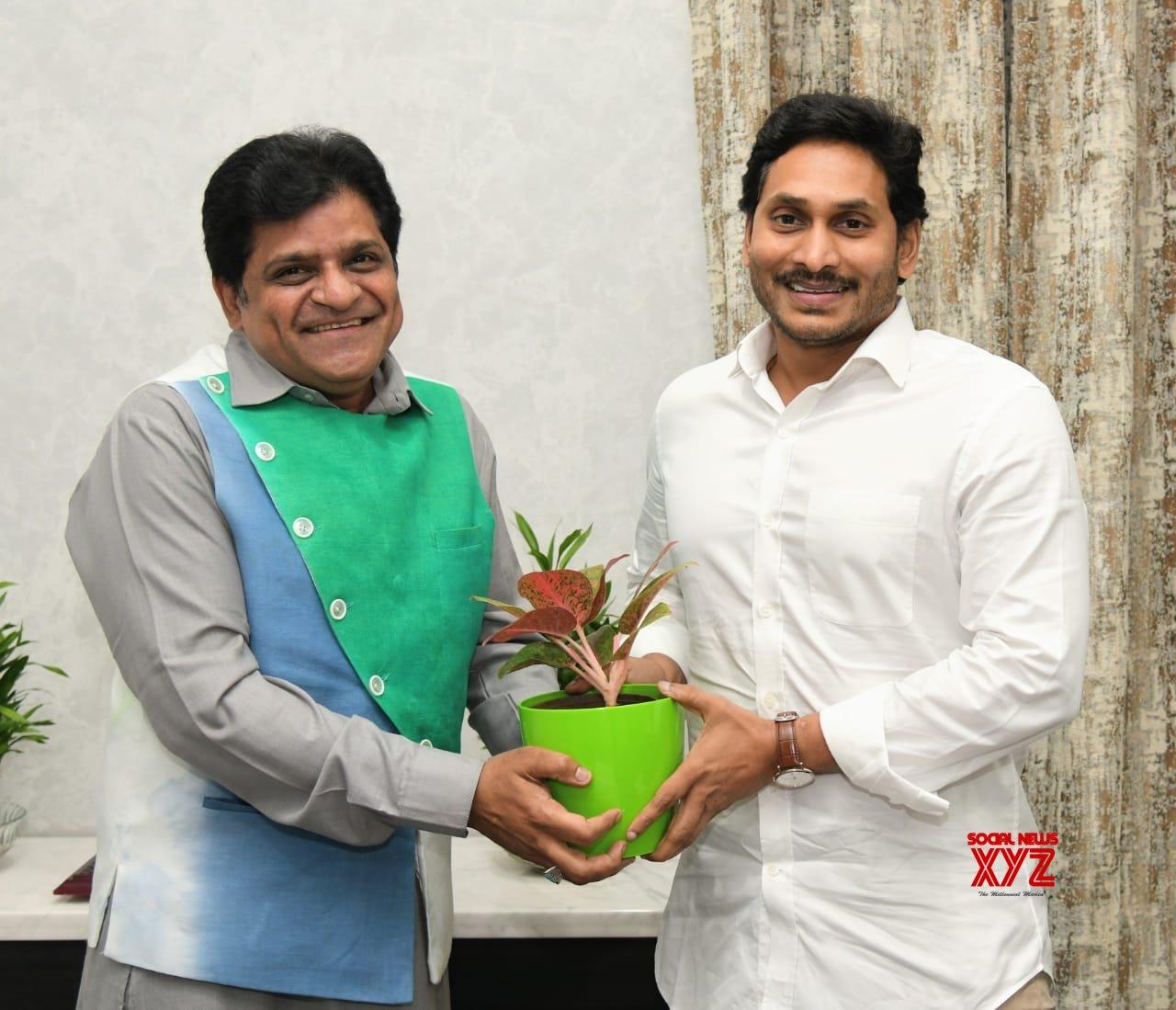 Vijayawada: Telugu actor Ali meets Andhra CM #Gallery