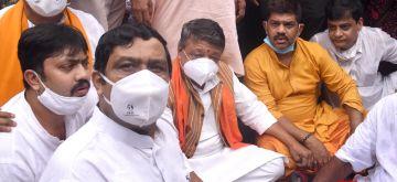 Kolkata: BJP National General Secretary Kailash Vijayavargiya and leader Rahul Sinha stage a demonstration to protest against police barring the family members of BJP workers from performing 'tarpan' for the deceased BJP workers at Bagbazar ghat in Kolkata on Sep 16, 2020. (Photo: Kuntal Chakrabarty/IANS)