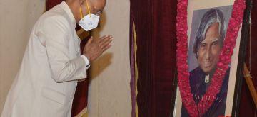 New Delhi: President Ram Nath Kovind pays tributes to former President A.P.J. Abdul Kalam on his 89th birth anniversary at Rashtrapati Bhavan in New Delhi on Oct 15, 2020. (Photo: IANS)