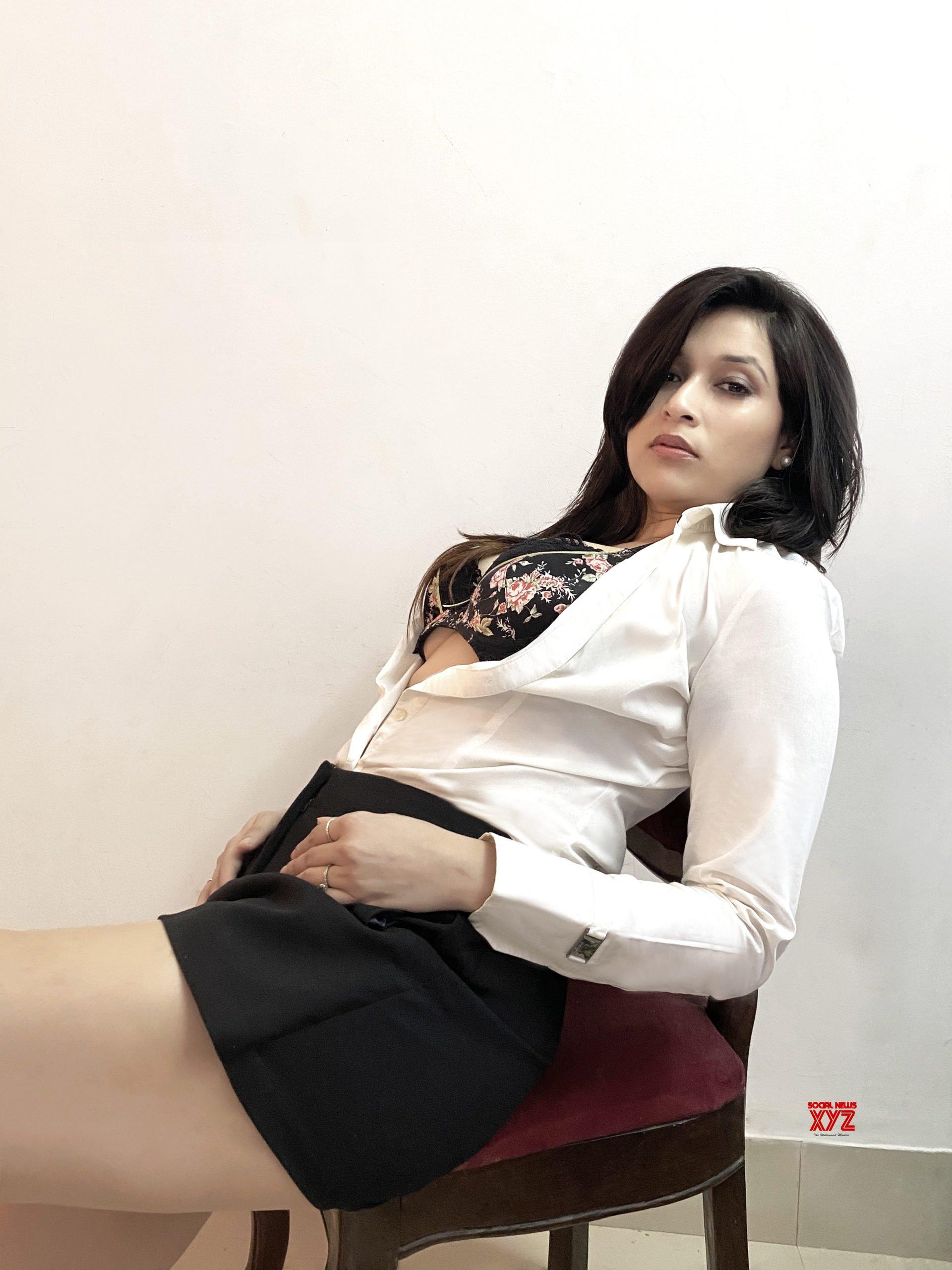 Actress Mannara Chopra HD Stills Like Never Seen Before