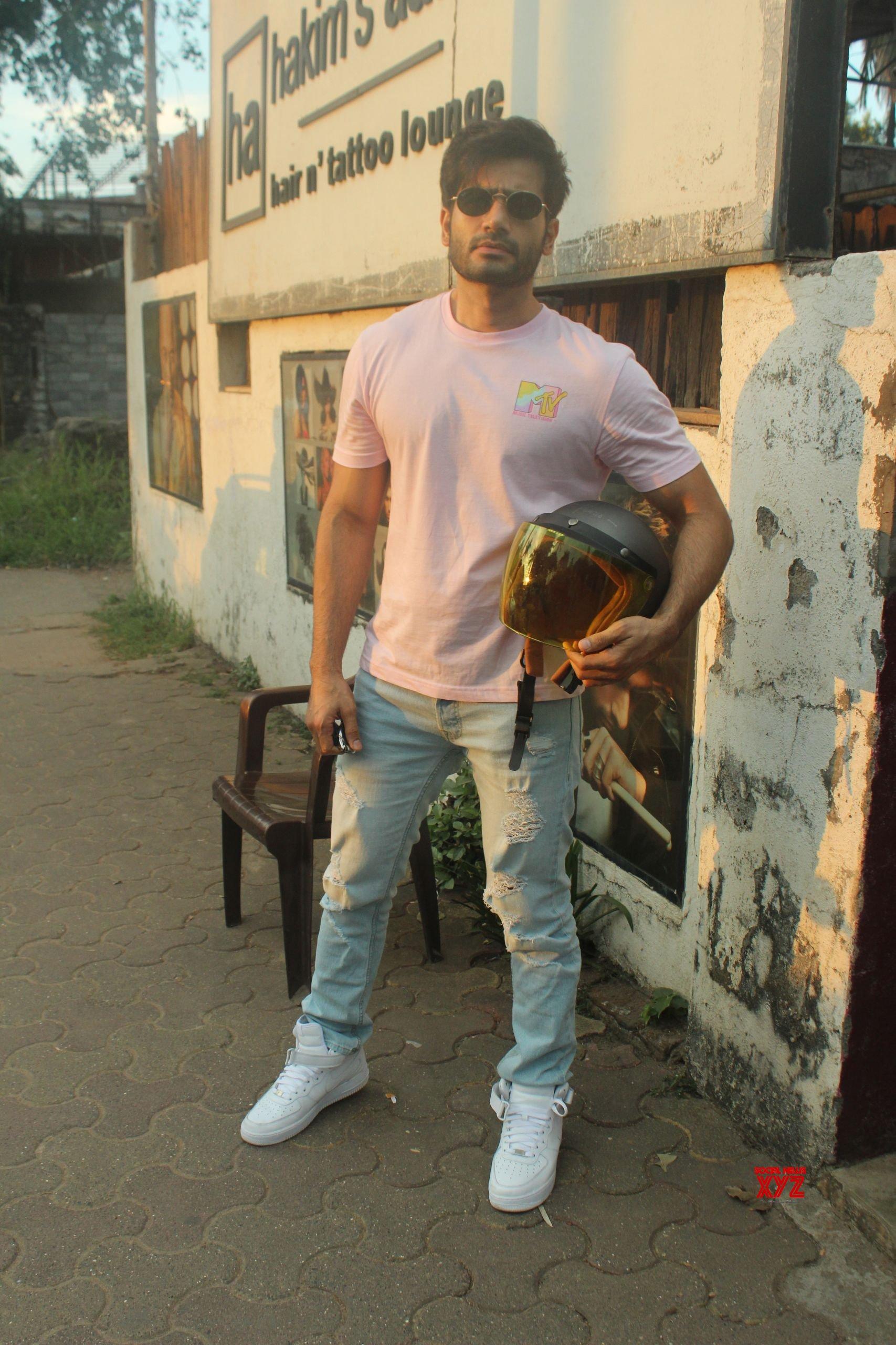 Karan Tacker Spotted At Hakim Alim Salon In Versova HD Gallery