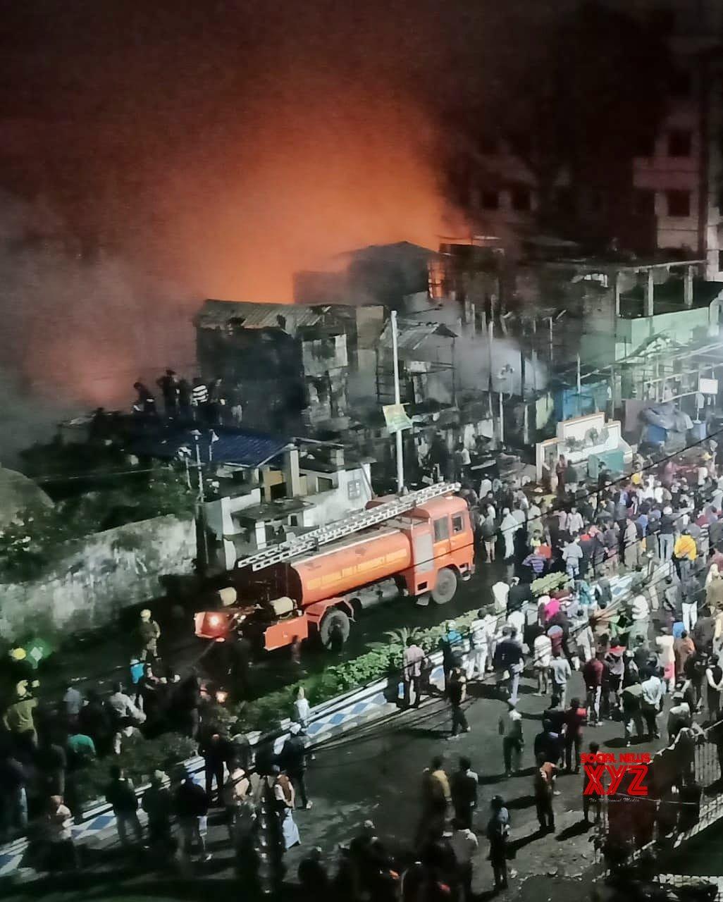 Kolkata: Major fire breaks out at north Kolkata slum #Gallery