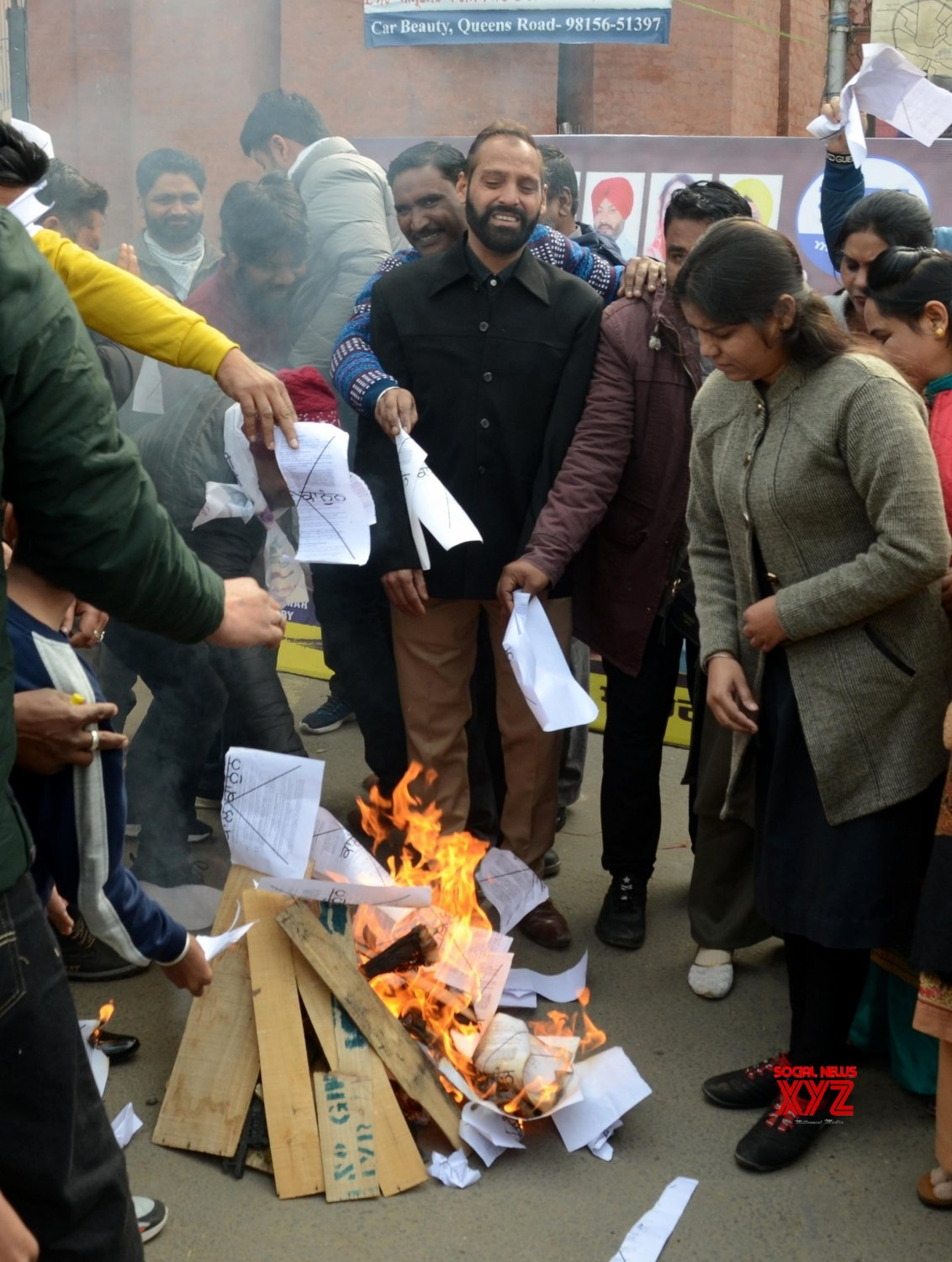 Amritsar: Aam Aadmi Party (AAP) workers - burn copies of recent agricultural reforms #Gallery