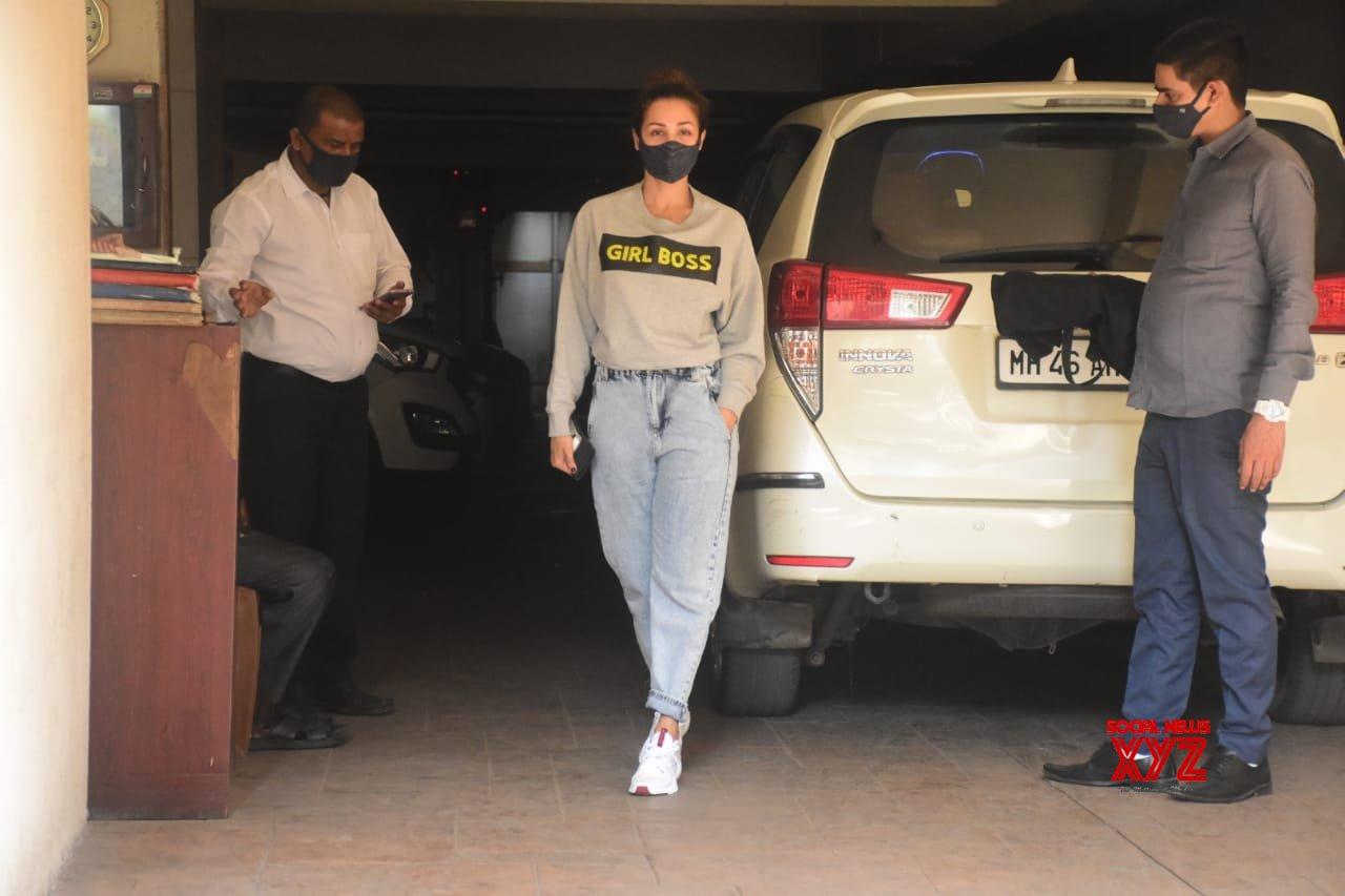 Malaika Arora & Amrita Arora Spotted At Kareena Kapoor House Bandra - Gallery