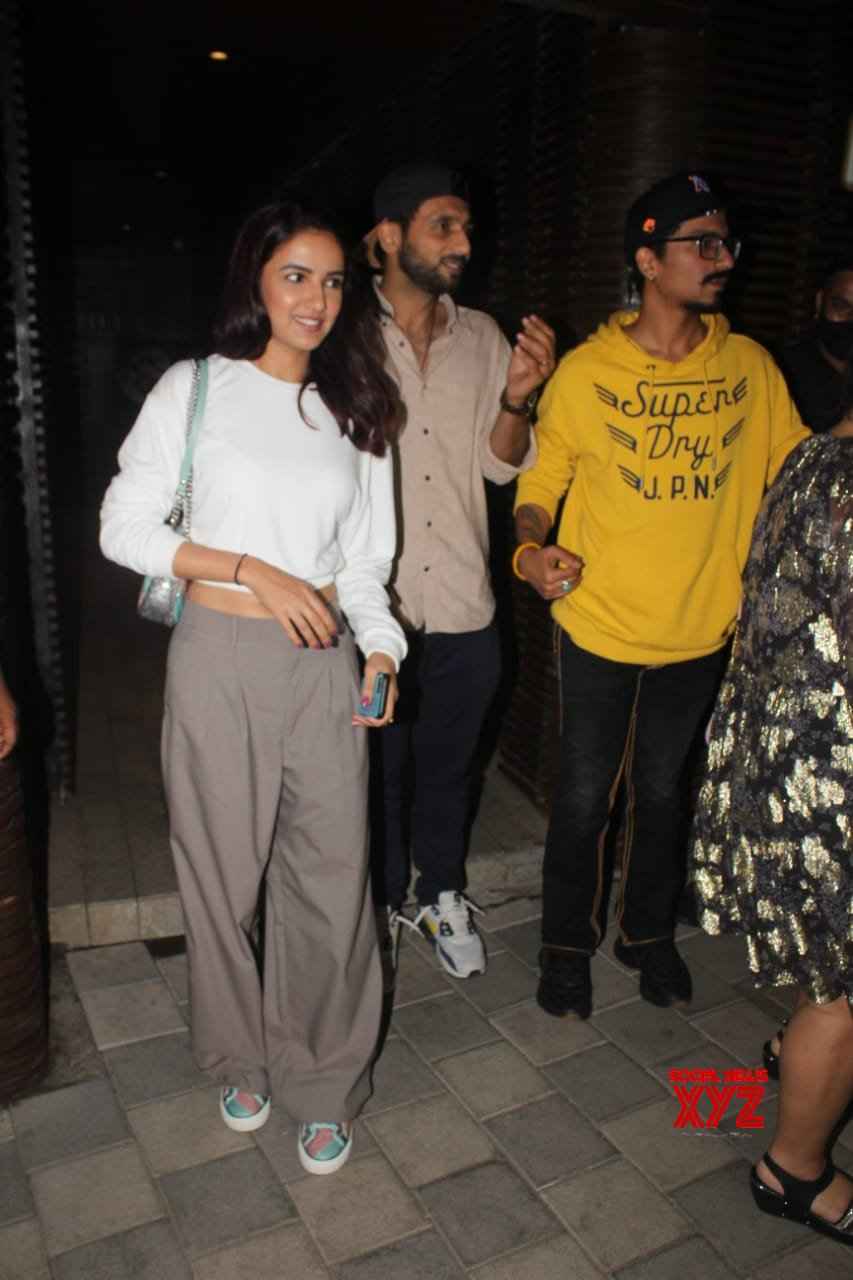 Jasmin Bhasin And Bharti Singh Snapped In Juhu - Gallery