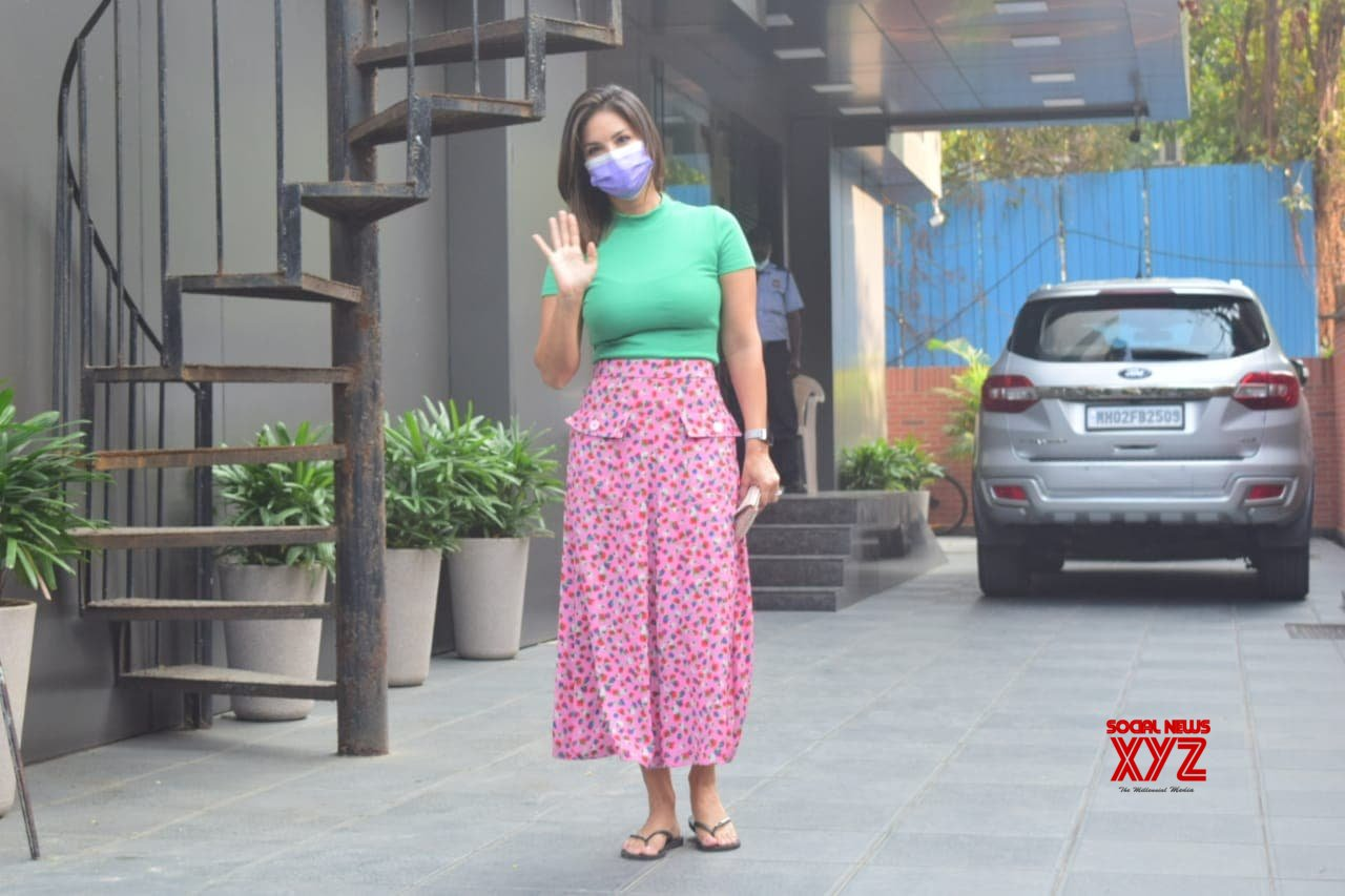Actress Sunny Leone Spotted In Juhu - Gallery