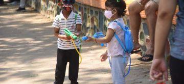 "Mumbai:- Youngsters  enjoy ""Rangpanchmi"" festival  (holi) at Dadar in Mumbai on Monday March 29, 2021   (Photo: IANS) -"