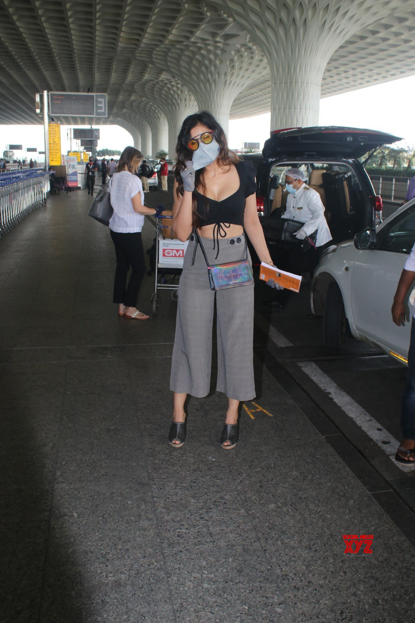 Actress Divinaa Thackur Spotted At Airport Departure - Gallery