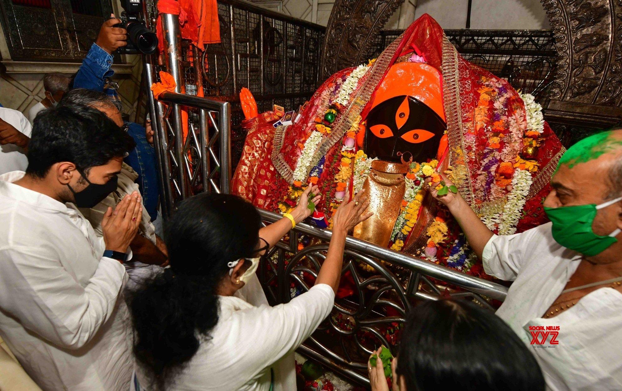 Kolkata : - West Bengal Chief Minister & TMC supremo Mamata Banerjee performed rituals at Kalighat Kali temple #Gallery