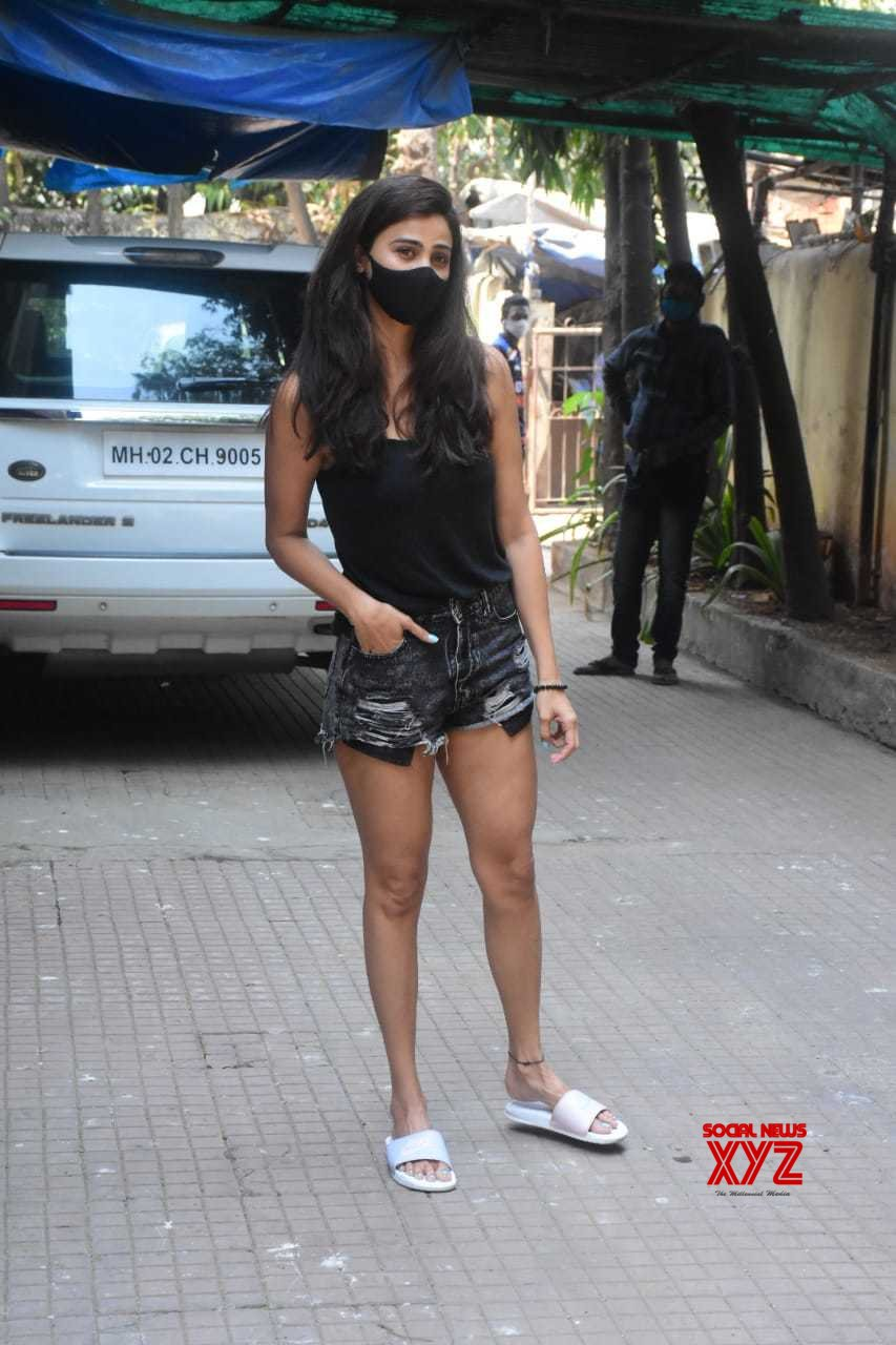 Actress Daisy Shah Spotted At Khar - Gallery