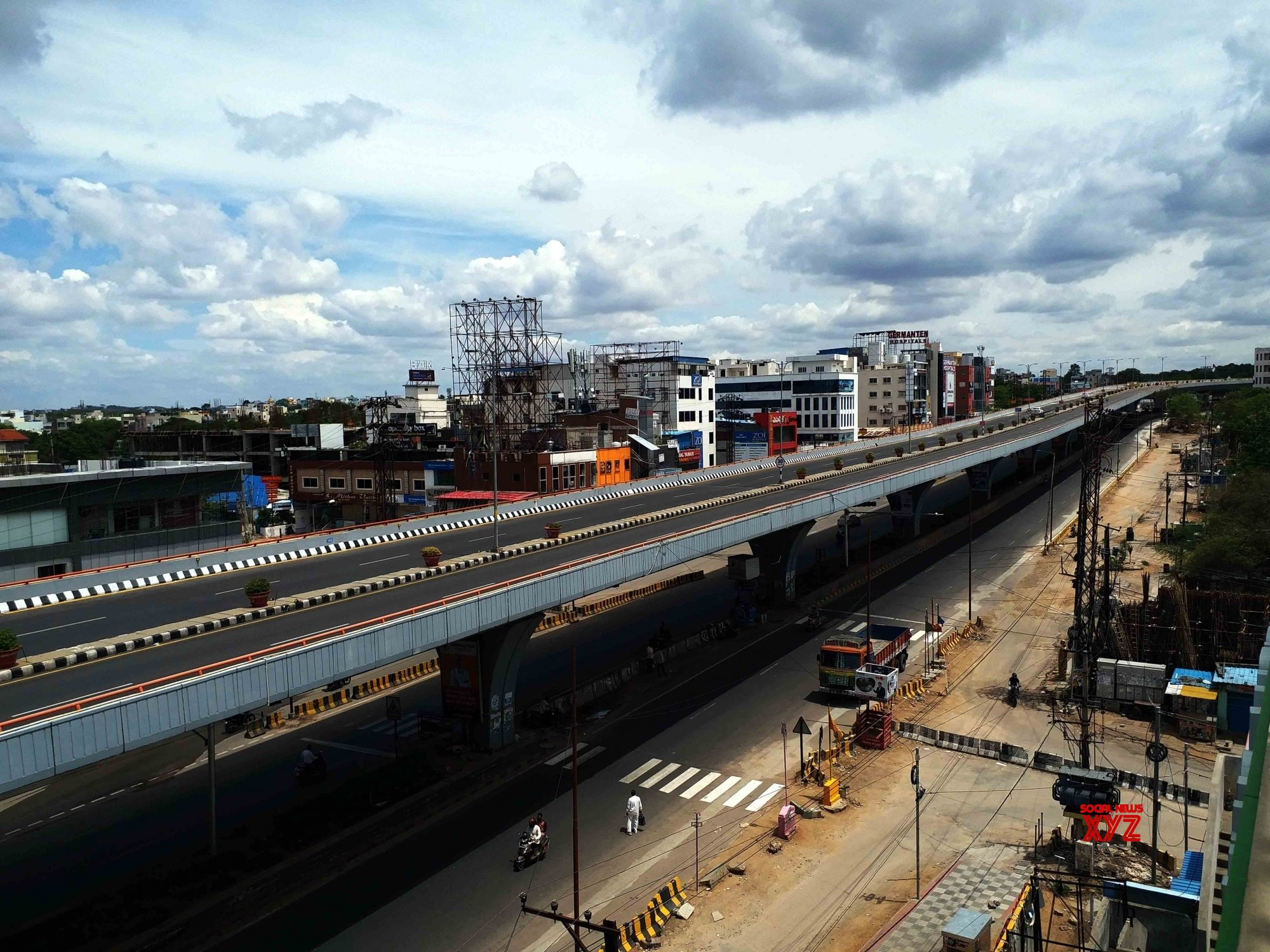 Hyderabad : Picture seen lockdown - Bessy Basheerbagh - Flyover and PVN - Flyover - look deserted - again - after - increase the lockdown relaxation hours - in Hyderabad - in Hyderabad. #Gallery