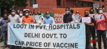 New Delhi: Former Union Minister Vijay Goel and supporters protest against loot of Pvt Hospitals in vaccination at Moolchand hospital, Lajpat Nagar in New Delhi on Saturday June 05, 2021,(Photo: Wasim Sarvar/IANS)