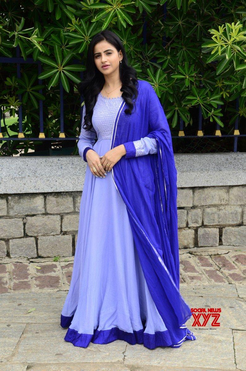 Actress Naveena Reddy Glam Latest Stills