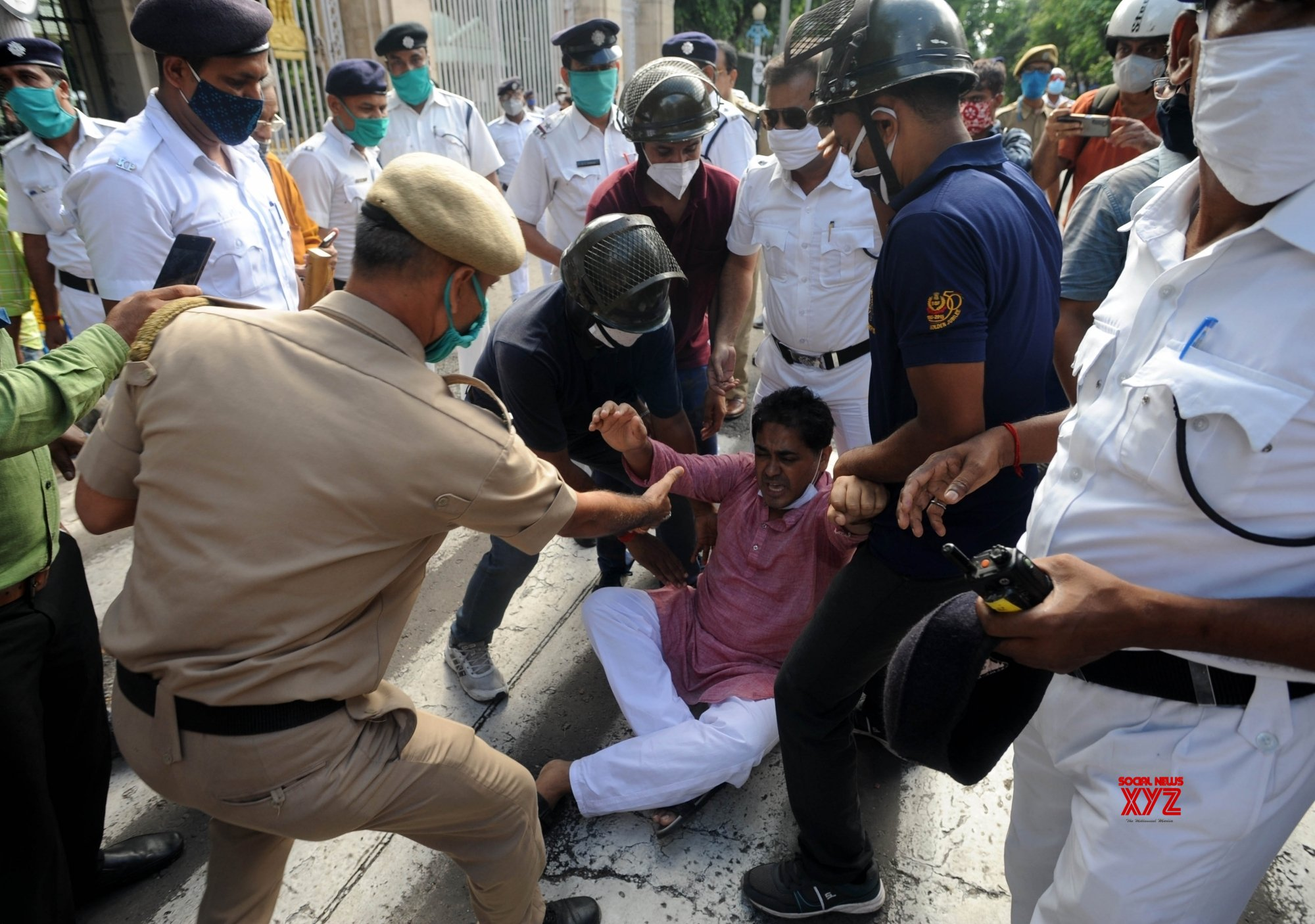 Kolkata: Congress activists agitated and protested over Pegasus project issue outside Raj Bhawan in Kolkata. #Gallery