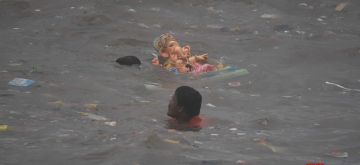 Mumbai: Devotees carrying Gauri and Ganesh idol during immersion at Dadar sea beach in Mumbai on Tuesday, September 14, 2021. (Photo : Sandeep Mahankal/ IANS)