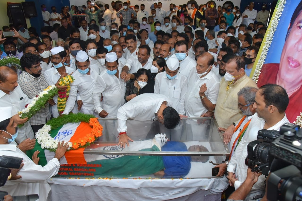 Thousands pay tributes to departed Congress leader Oscar Fernandes
