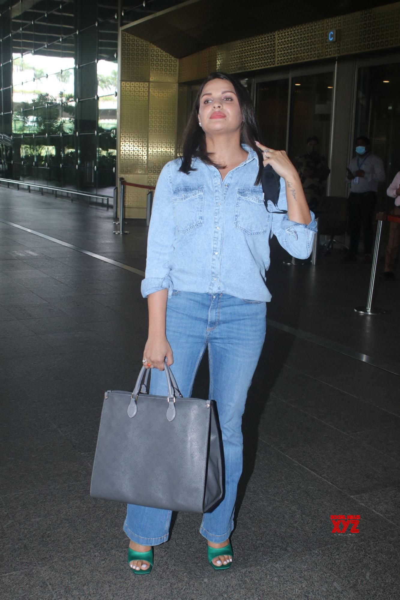Actress Himanshi Khurana Spotted At Airport Arrival - Gallery