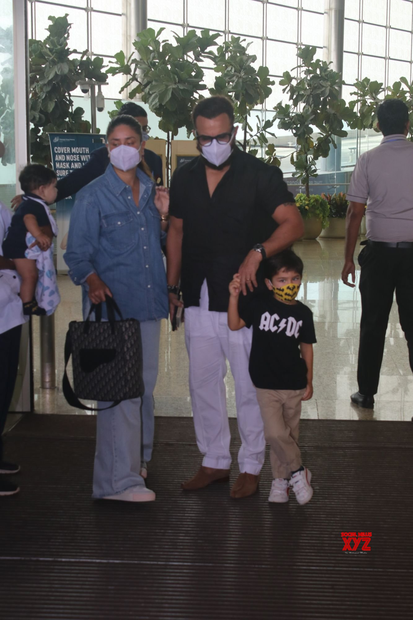 Saif Ali Khan And Kareena Kapoor With Family Spotted At Airport Departure Gallery