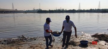 New Delhi : Senior Officials of Jal Shakti Ministry with others members take part of Yamuna safai Abhiyan under Swachh Bharat Mission at Chhat Ghat in ITO,New Delhi on Saturday October 23,2021.(Photo: Anupam Gautam/IANS)