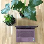 Werkplek met laptop voor officemanagement taken
