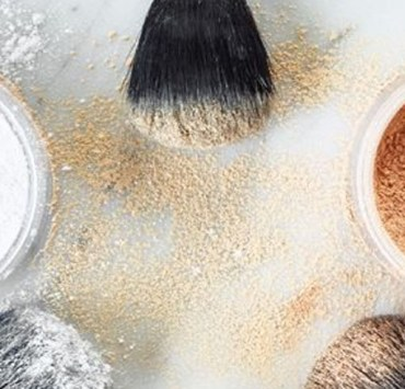 If your foundation is sliding off your face by the time you go to lunch, then it's time to invest in a new setting powder. Here is a ranking of the best setting powder for oily skin!