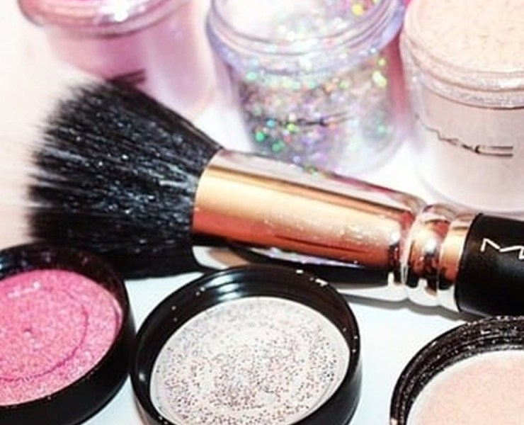 Glitter makeup is definitely one of the hottest cosmetics trends right now. Glitter makeup ideas are perfect for nights out in the Summer or even sunny days for brunch. Check out the list of inspirational glitter looks we've compiled.