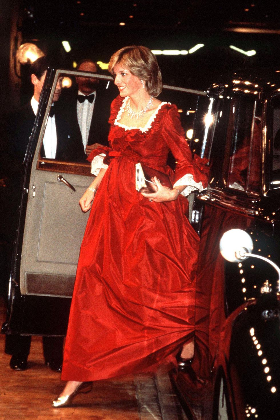 Here's an overview of Princess Diana fashion looks that we love.