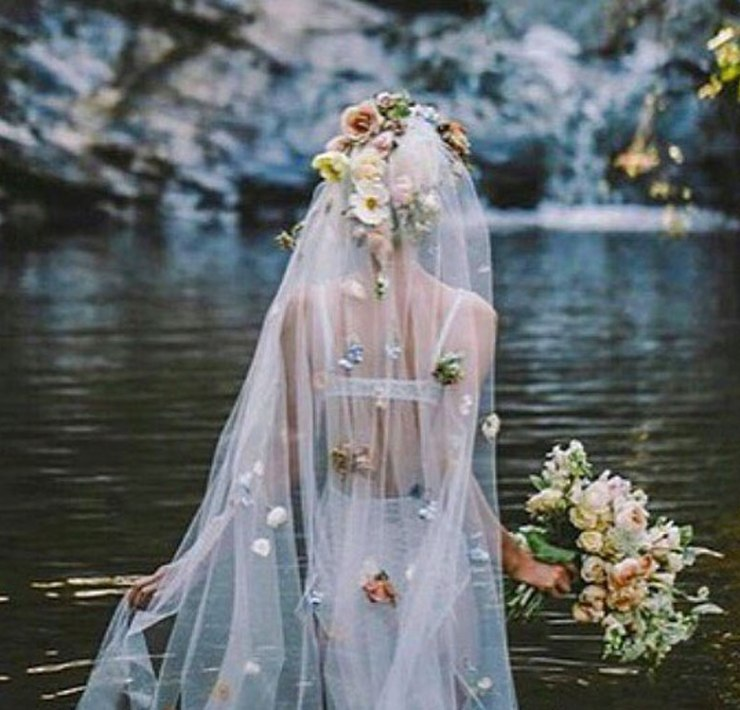 Have you ever seen bohemian style wedding pictures? We'll guarantee the ones we'll show you will make you long for a bohemian style wedding!