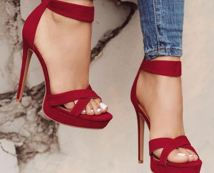 Want to know how to walk in high heels without looking in pain? Check out our tips on how to walk in heels! We'll guarantee it'll make your life easier!