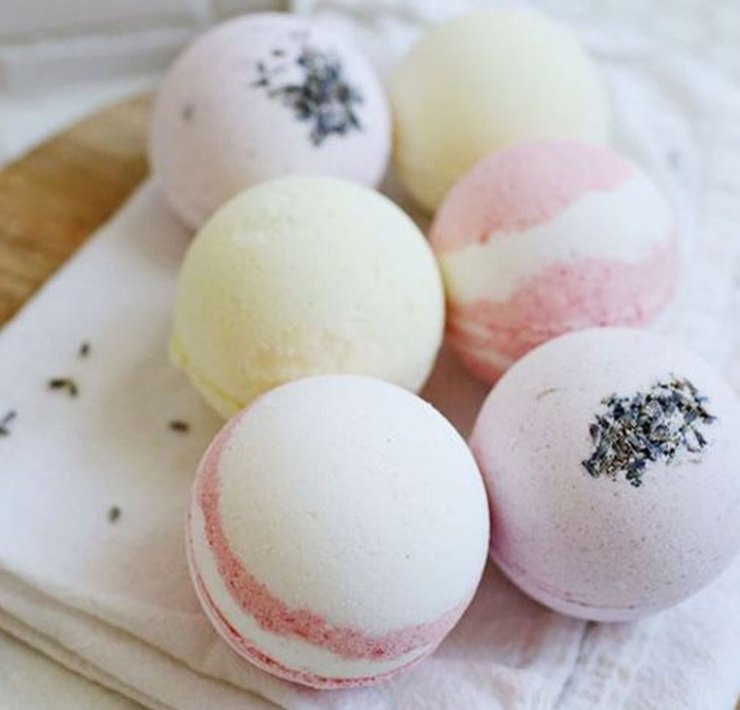 Discover these all natural bath bombs you need to try out. Find out which brands have the best natural bath bombs and how to make your own bath bomb!