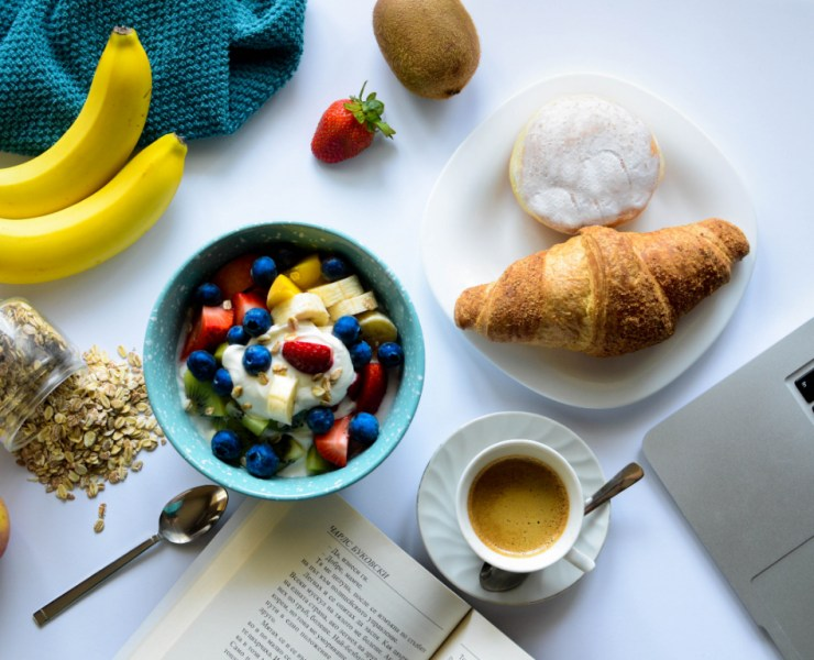 Check out these 10 diet tips to help you successfully lose weight. Dieting can seem like a challenge, but it doesn't have to be! Follow these tips for a successful diet that help you lose weight the smart way.