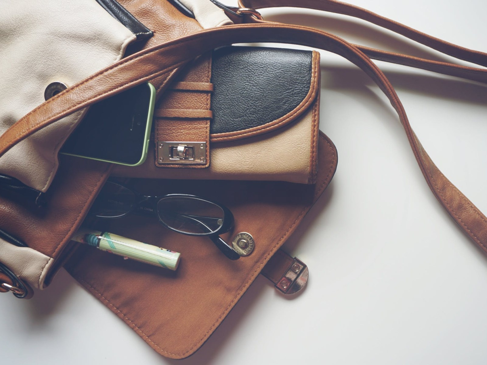 Having struggles finding the right bag for the summer? This list of 10 trendy crossbody bags will help you to make up your mind.