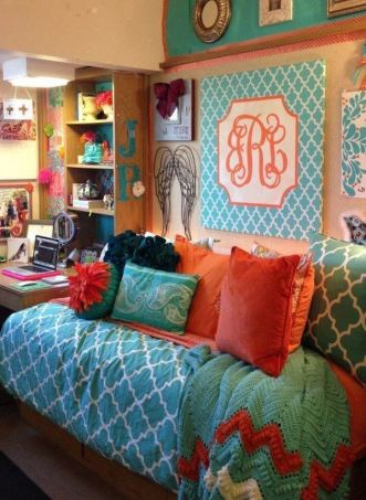 This preppy dorm room look is so cute!