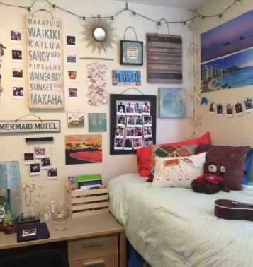 This beach style dorm room decor is so cute!