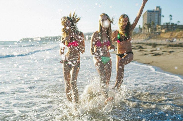 If you're headed off to spring break, it's a good idea to pack light, especially for college students! If you're going to pack for spring break in a carry on, here's what you need to know from suitcases to comfortable clothing.