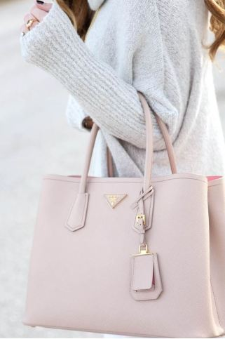 This large tote bag is so cute for a winter outfit!