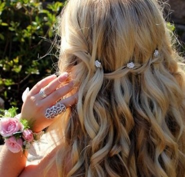 Gorgeous prom hairstyles for long hair and short hair! These braids, waves, curls or braids will all look amazing in your hair for prom day!