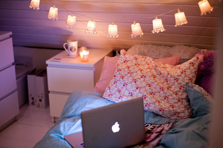 Ways to make your bedroom cozy and warm! Chic ways to make your dorm room or apartment look cute and comfy with pillows, blankets and decor!