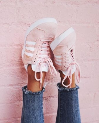 These cute sneakers make such cute sneaker outfits!