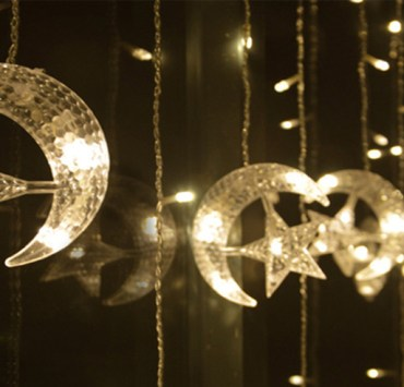 Use fairy lights to decorate your bedroom. Here are the ways you can use christmas lights to decorate your room. Check out these string lights in action!