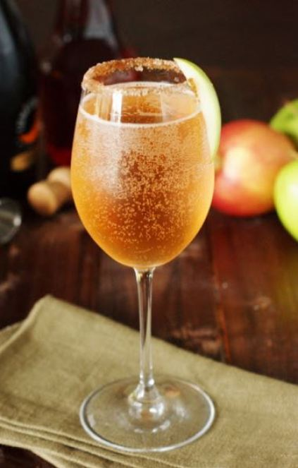This sparkling apple pie cocktail is one of the easiest fall cocktails!