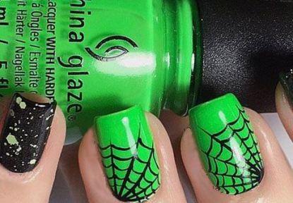 This spider design is the perfect Halloween nail art design.