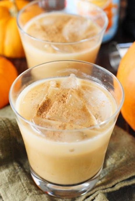 These pumpkin spice white russians are delicious fall cocktails!