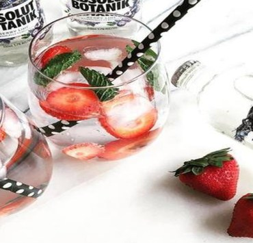 This is the list of lowest calorie drinks to order at a bar. These low calorie alcoholic drinks will save you the bloating and full feeling. Order up!