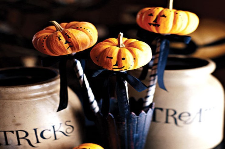 Here are 10 Trick-Or-Treating Ideas that don't involve candy. These non candy trick or treating ideas are fun and practical. Not to mention a huge success.